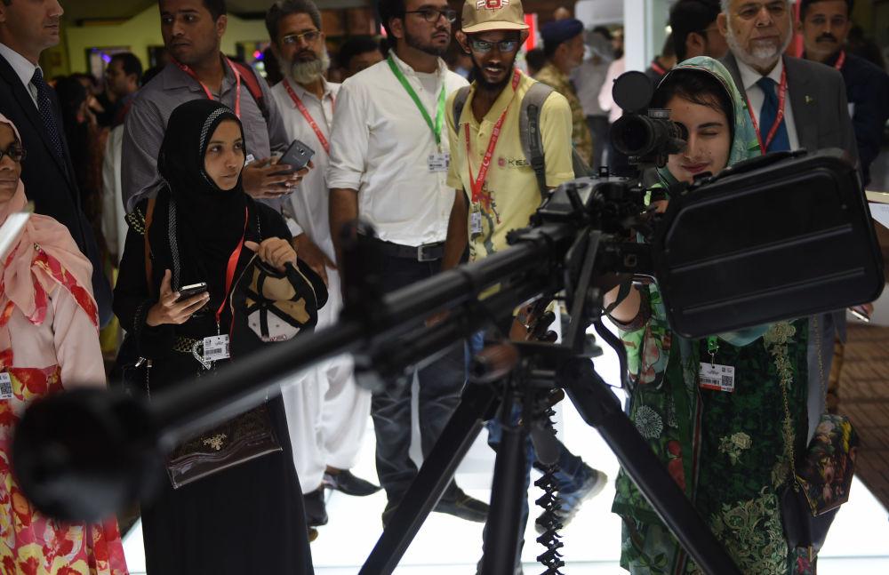Visitantes da exposição realizada no Paquistão, novembro de 2016