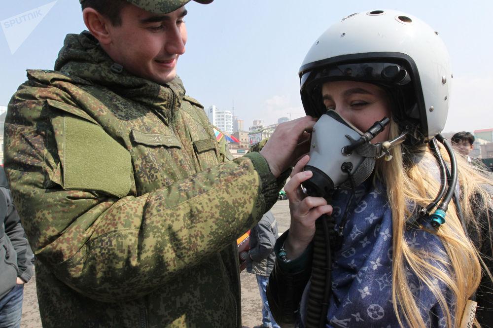 Jovem experimenta capacete na exposição em Vladivostok, abril de 2015