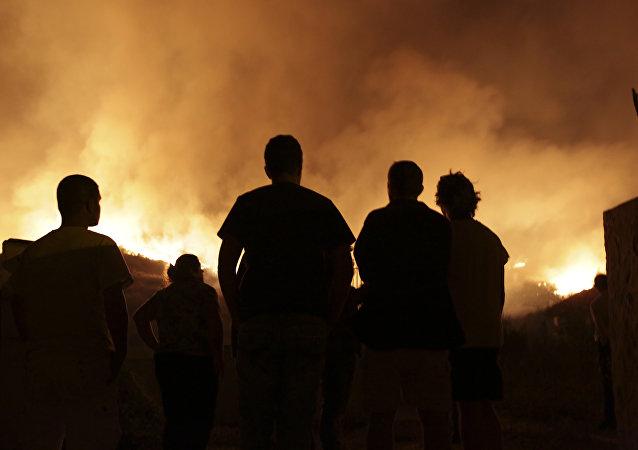 Pessoas observam incêndio que atingiu área de Obidos em 16 de outubro de 2017