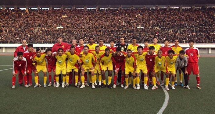 Atlético de Sorocaba e time norte-coreano posam para foto no Estádio de Pyongyang em 2009