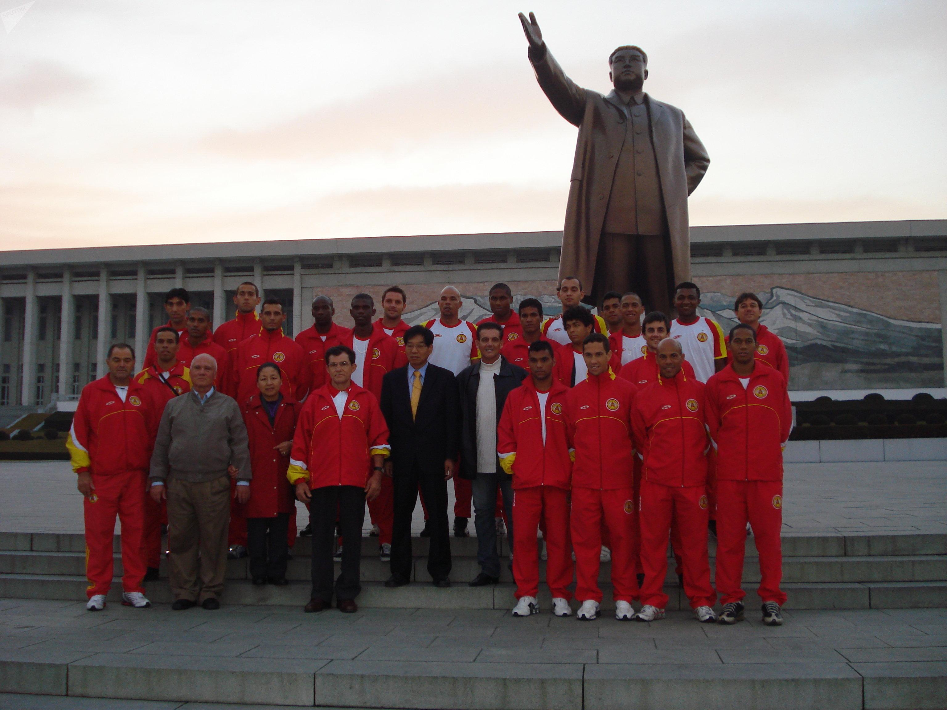 Equipe do Atlético de Sorocaba junto à estátua de Kim Jong-il em Pyongyang em 2009