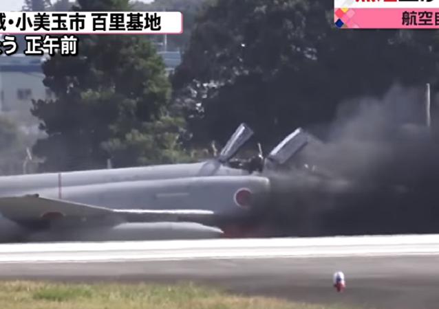 Pilotos escapam à morte fugindo de um caça que pegara fogo