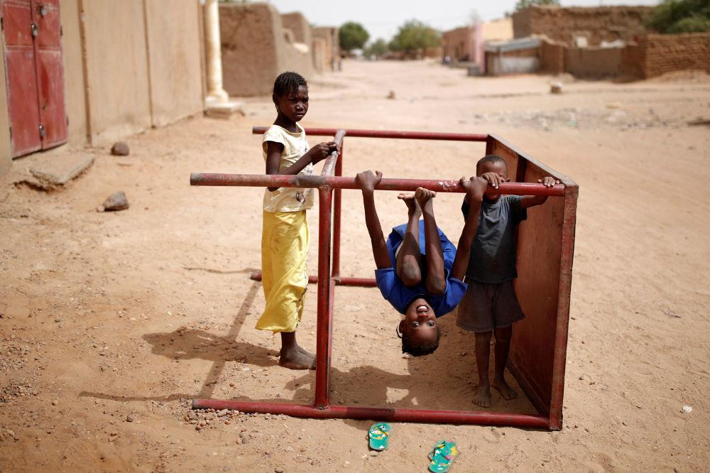 Crianças brincam na rua em Gao, Mali