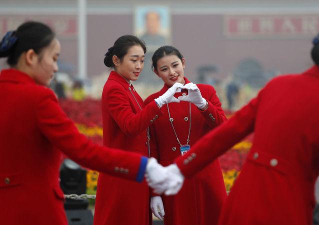 Meninas durante da abertura do XIX Congresso do Partido Comunista da China