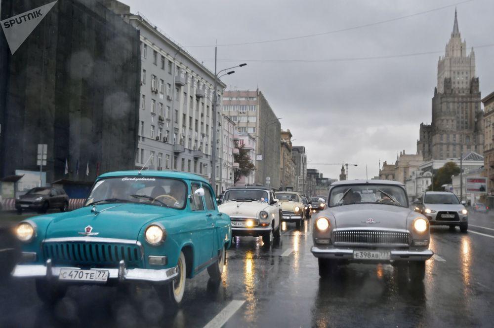 Parada de veículos antigos realizada em Moscou
