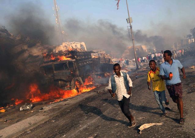 Evacuação de moradores locais após explosão na Somália