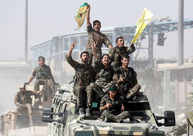 Militares das Forças Democráticas da Síria celebram libertação de Raqqa