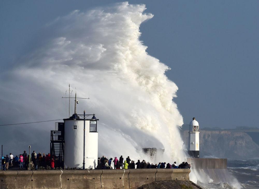 Tempestade Ophelia atinge costa britânica