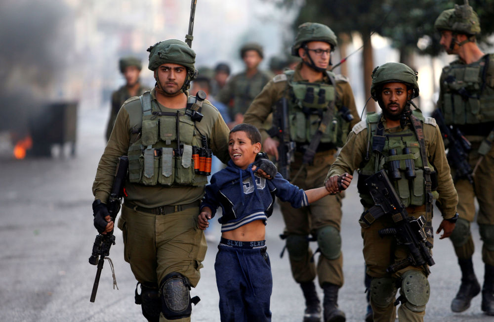 Soldados israelenses detêm menino palestino