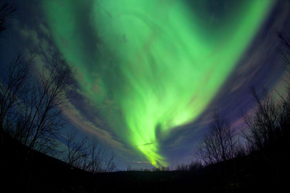 Aurora boreal no céu sobre Murmansk
