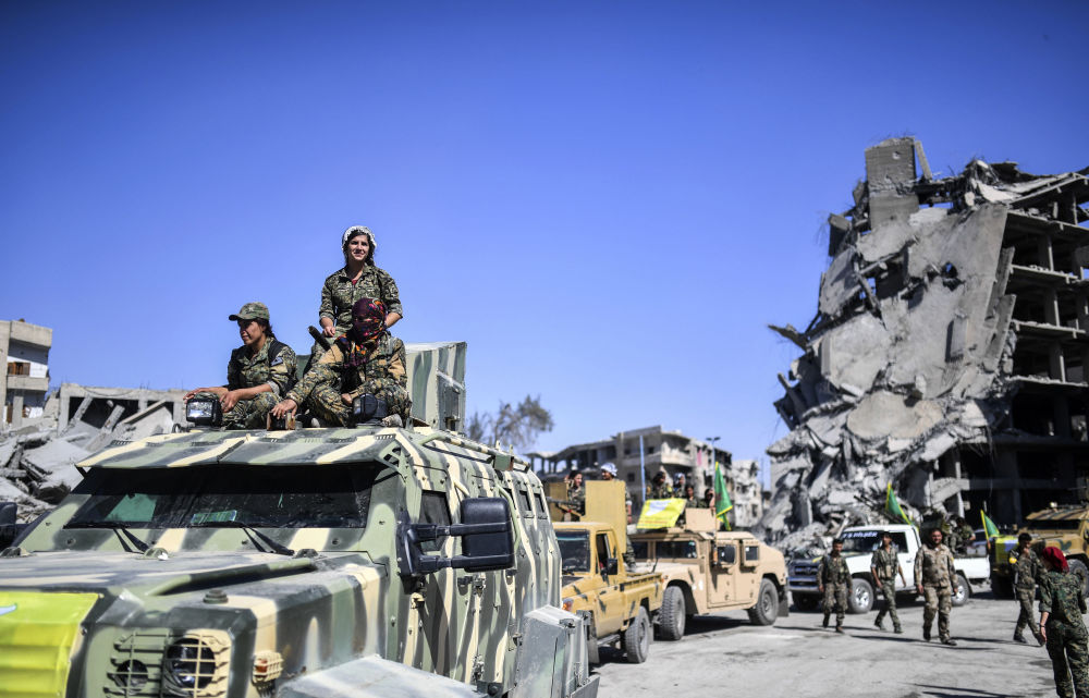 Combatentes curdas durante a celebração da libertação de Raqqa na praça central de Al-Naim 3. Combatentes curdas em Raqqa libertada