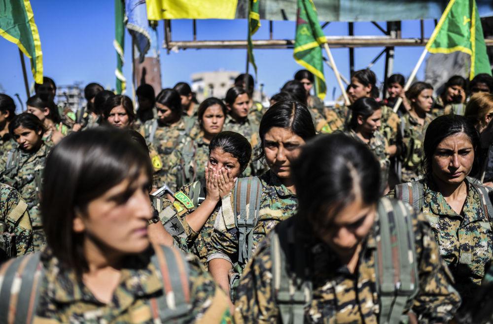 A cidade enchera-se de bandeiras das Forças Democráticas da Síria, que representam a força principal da aliança dos sírios e curdos, bem como das Unidades Femininas de Proteção (YPJ), que foram criadas na Síria em 2013 como o braço feminino das Unidades de Proteção Popular (YPG)