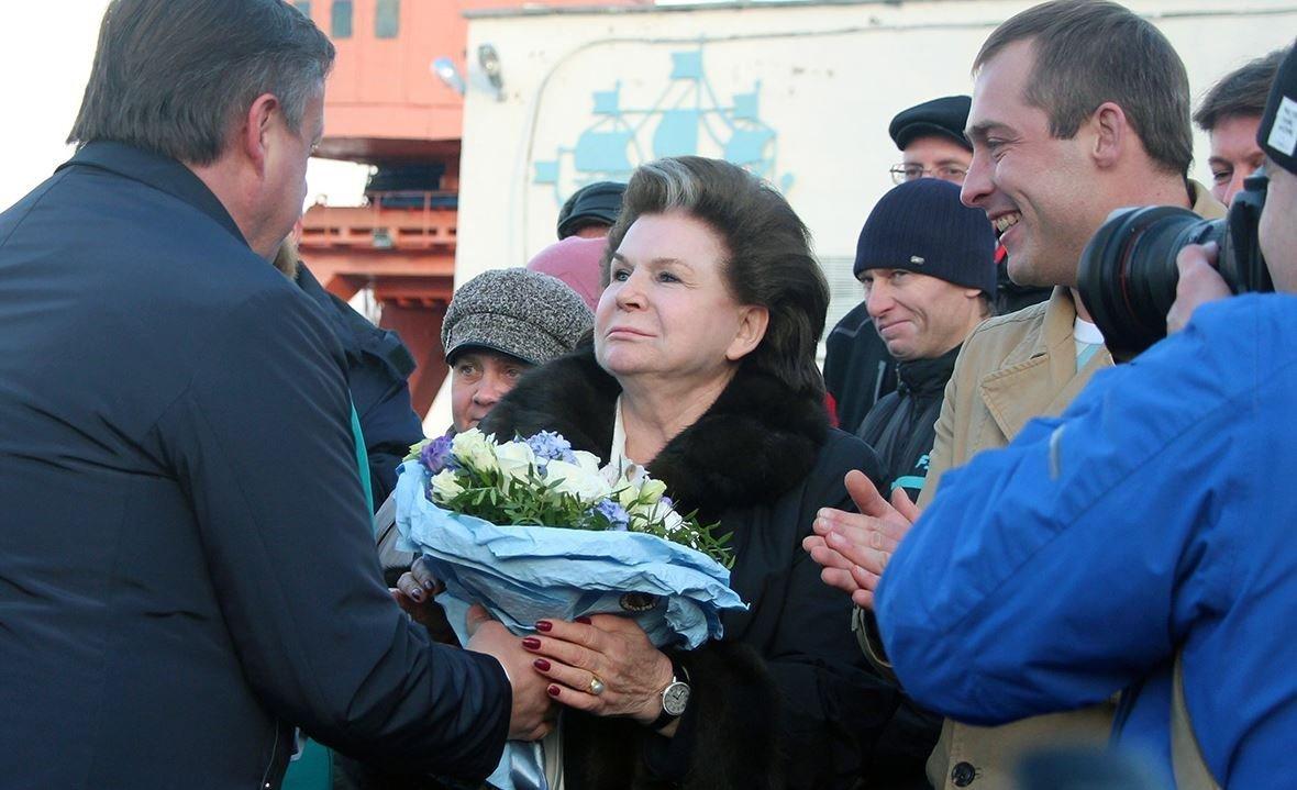 A primeira mulher cosmonauta, Valentina Tereshkova, se torna a madrinha do navio Kometa 120M