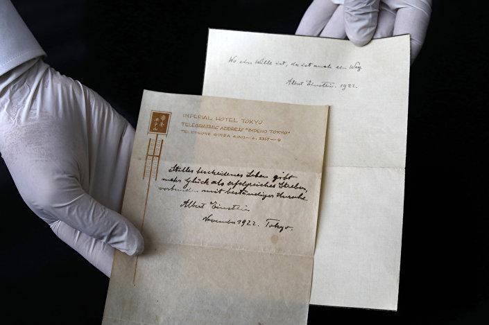 Foto de 19 de setembro de 2017 mostra anotações escritas por Albert Einstein em 1922