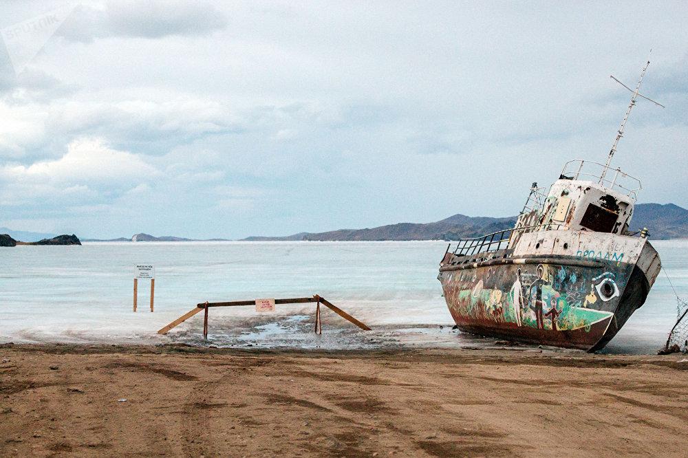 Um barco antigo na margem da ilha de Olhon