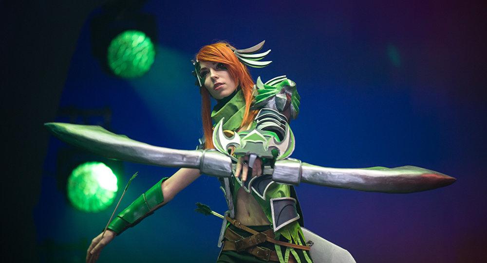 Uma cosplayer vestindo roupa de uma personagem do DoTA durante o torneio de ciberesporte EPICENTER