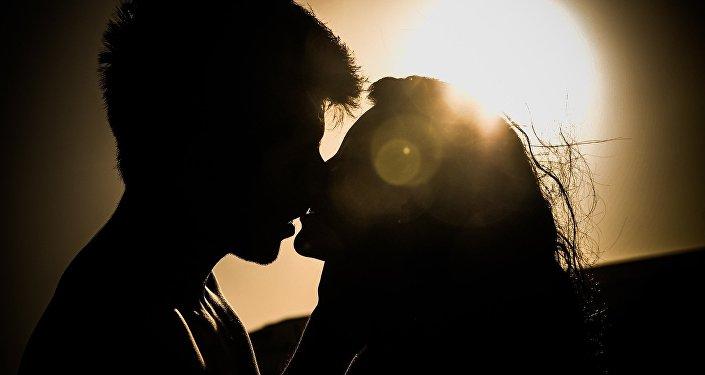 Um casal beijando