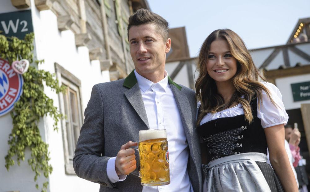 Atacante do clube Bayern de Munique, Robert Lewandowski, com sua mulher Anna Lewandowska