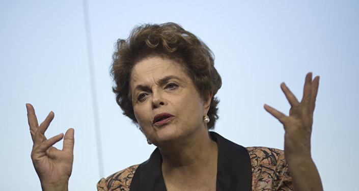 Dilma Rousseff gesticula ao ser entrevistada no Rio de Janeiro em 14 de julho de 2017
