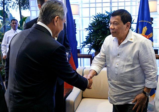 Ministro da Defesa da Rússia, Sergei Shoigu, com o presidente filipino, Rodrigo Duterte, durante a visita do ministro russo às Filipinas.