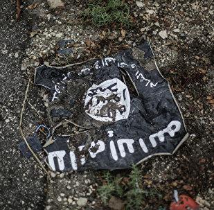 Bandeira do Estado Islâmico em zona de conflito