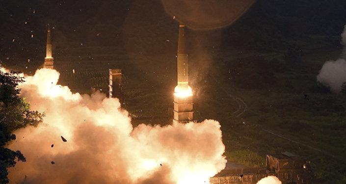 Lançamento do sistema de míssil Hyunmoo II durante manobras conjuntas da Coreia do Sul e dos EUA em local desconhecido, julho de 2017
