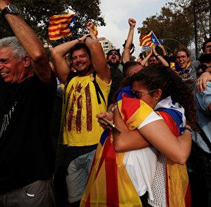 Pessoas celebrando a decisão parlamentar de aprovar a independência da Catalunha da Espanha, 27 de outubro, 2017
