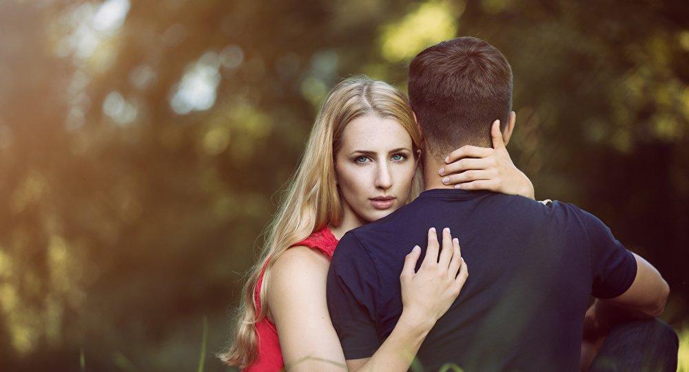 Uma mulher e um homem (imagem referencial)