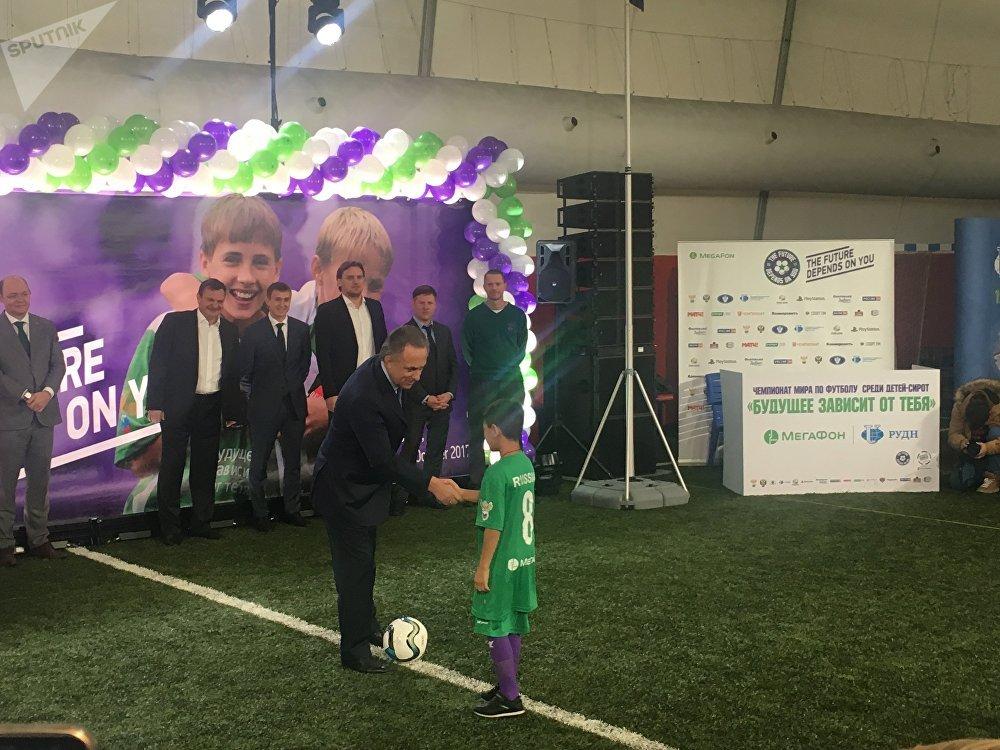 Ex-ministro do Esporte russo e atual presidente da União de Futebol da Rússia, Vitaly Mutko, saúda um dos membros da equipe russa durante a cerimônia de abertura do evento