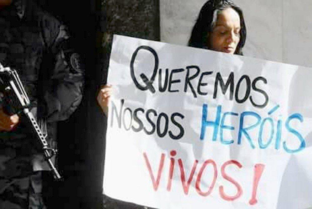 Rogéria Quaresma em ato em repúdio às mortes de policiais militares no Rio
