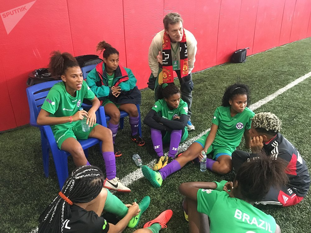 Presidente da associação regional da Street Child World Cup (Сopa do Mundo das Crianças da Rua) no Rio, Adam Reid, fala com jogadoras em um intervalo
