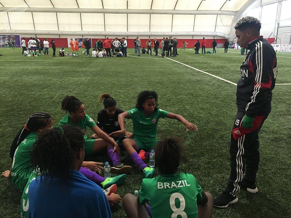 Jogadoras do time brasileiro e sua técnica Jessica discutem tática do jogo em um intervalo