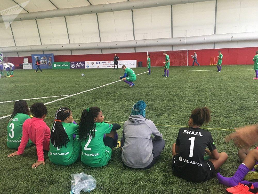 A equipe brasileira assiste ao jogo entre os times bielorrussa e paquistanês