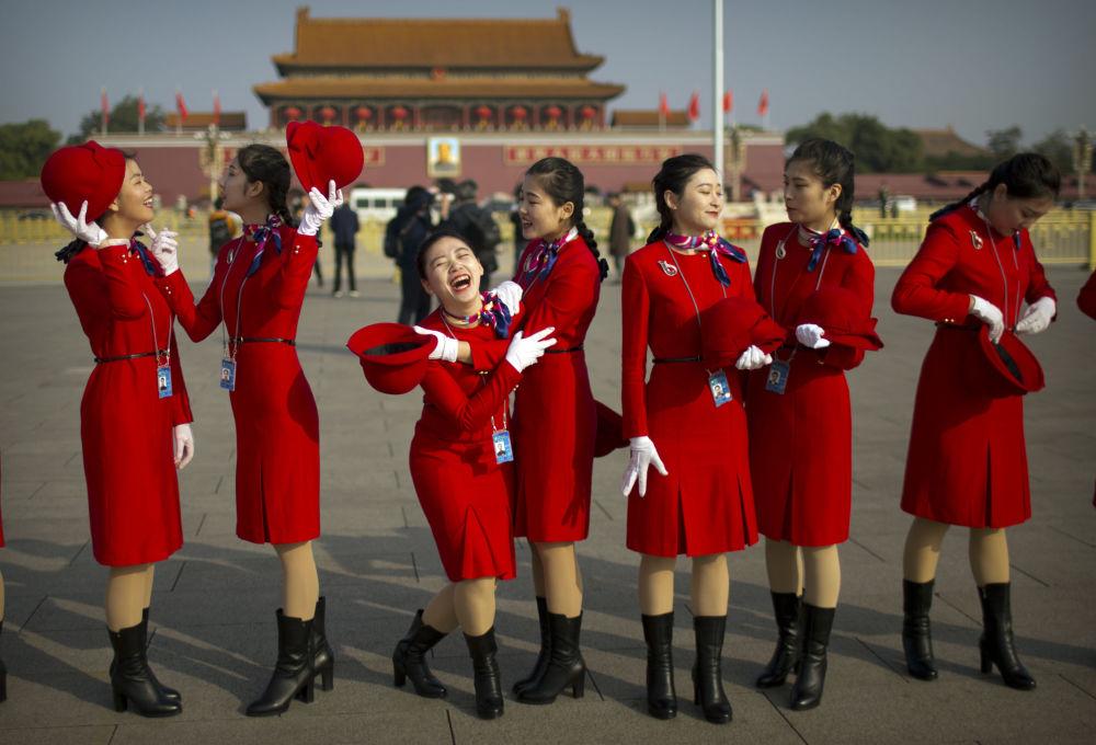 Meninas antes da cerimônia de encerramento do XIX Congresso do Partido Comunista em Pequim