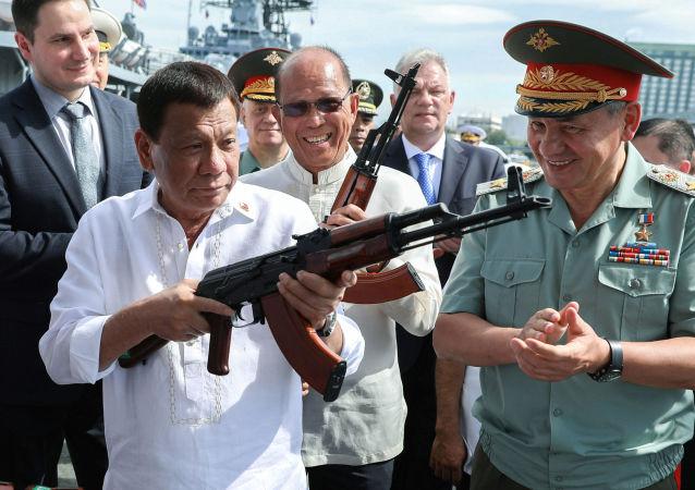 Presidente filipino, Rodrigo Duterte, e ministro da Defesa russo, Sergei Shoigu, a bordo do contratorpedeiro russo Admiral Panteleev no porto de Manila, Filipinas