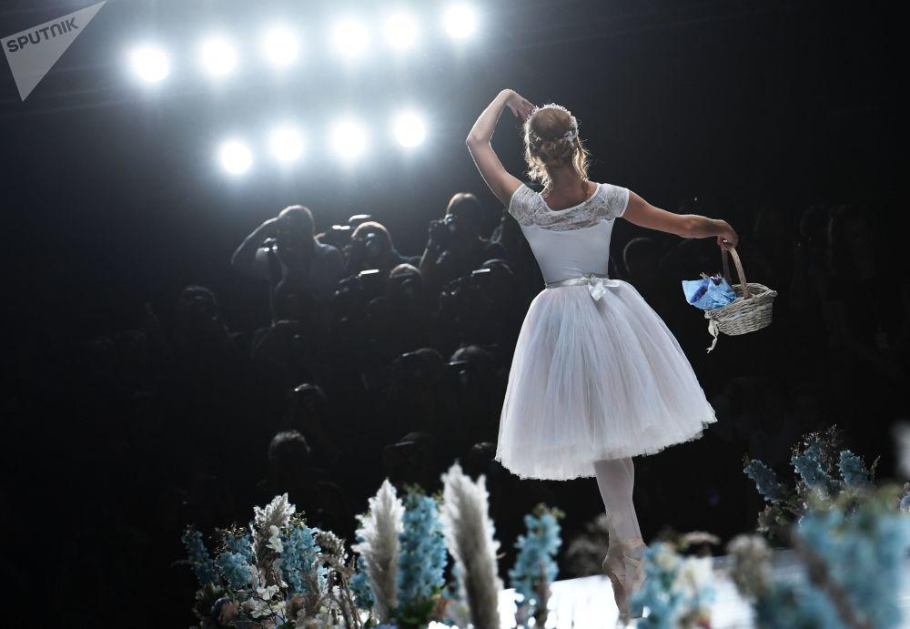 Desfile de moda da designer Nadezhda Yusupova no âmbito da Mercedes-Benz Fashion Week Russia, em Moscou