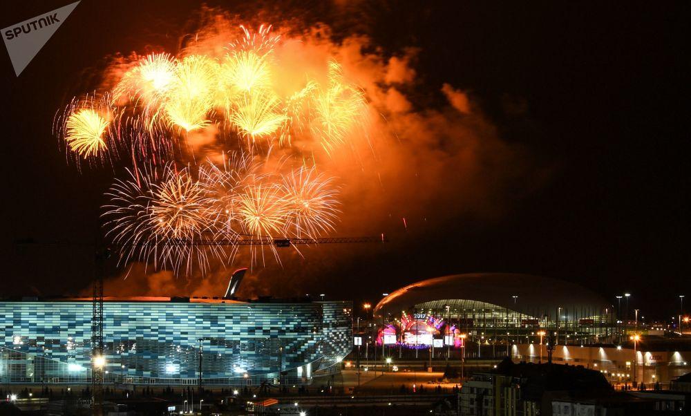 Fogos de artifício lançados no âmbito da cerimônia de encerramento do XIX Festival da Juventude
