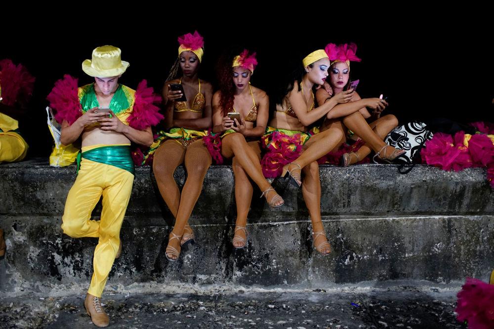 Dançarinos antes do show de carnaval em Havana, Cuba