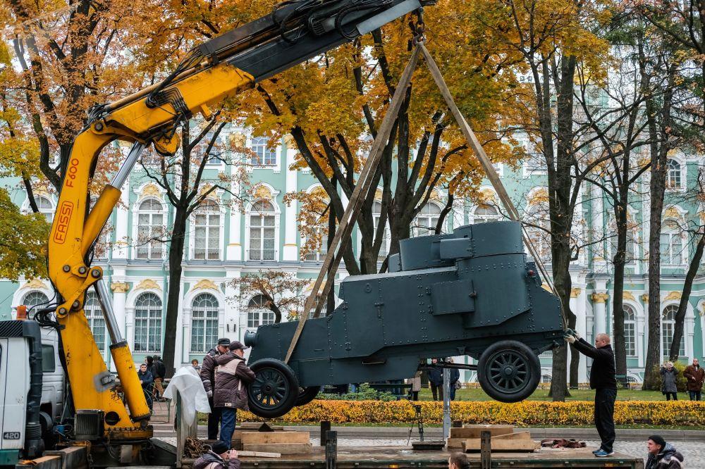 Instalação do blindado Vrag Kapitala (Inimigo do Capital) em São Petersburgo