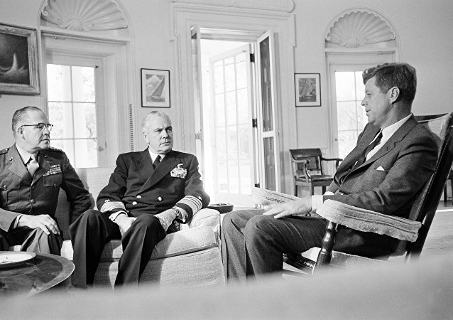Encontro entre John F. Kennedy, o general David Shoup e o almirante George Anderson dedicado a Cuba, outubro de 1962