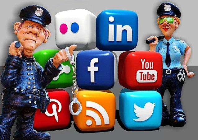 Policiais garantindo a segurança nas redes sociais