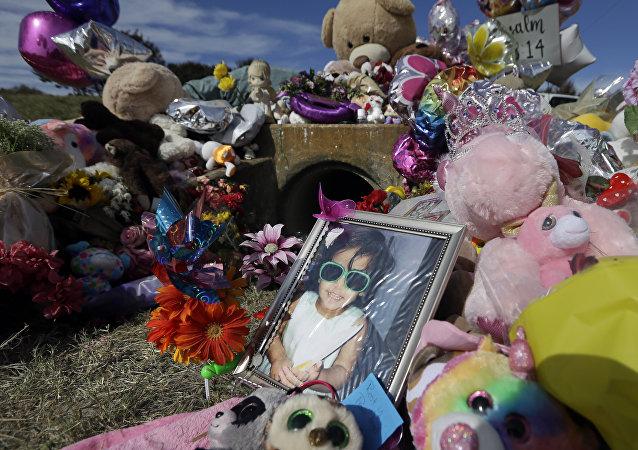 Foto de Sherin Mathews de três anos no seu memorial improvisado no Texas, EUA, 28 de outubro de 2017