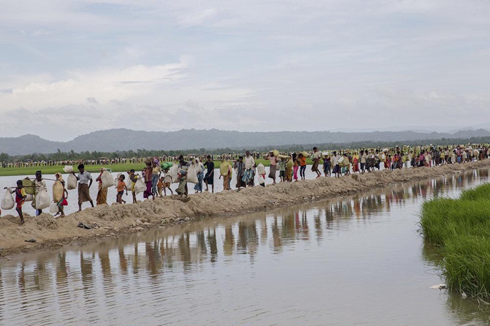 Refugiados deixando Mianmar.