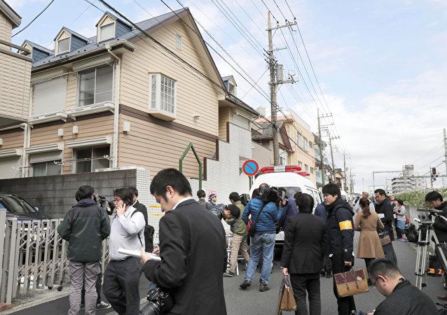 Membros da mídia em frente ao prédio onde foram encontrados nove corpos desmembrados, na cidade de Zama, Japão, 31 de outubro