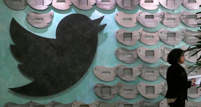 Mulher caminha por trabalhos artísticos em um dos escritórios do Twitter na Califórnia (foto de arquivo)