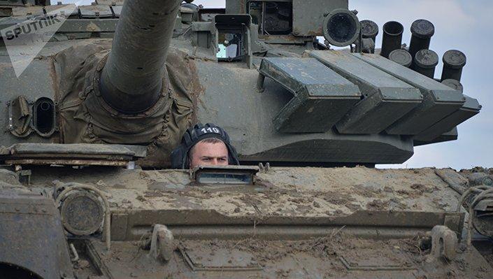 Membro da tripulação de T-72B3 durante treinamentos