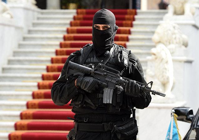 Agente das forças especiais da Tunísia perto do parlamento do país, 28 de março de 2016