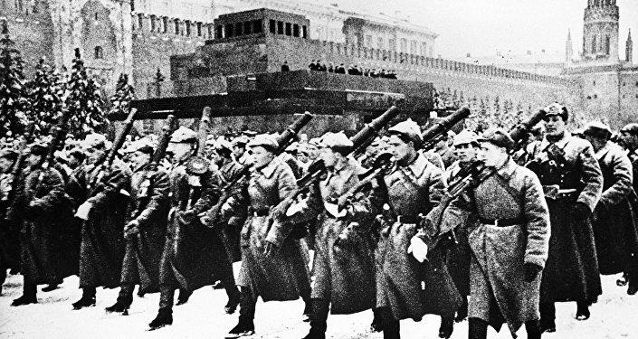 Parada militar em 7 de novembro de 1941 na Praça Vermelha, em Moscou