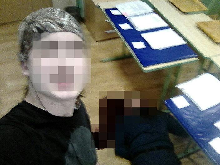 O estudante que supostamente matou seu professor posando com o corpo ao fundo