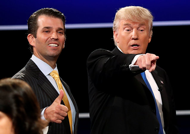 Donald Trump Jr. ao lado de seu pai, Donald Trump.